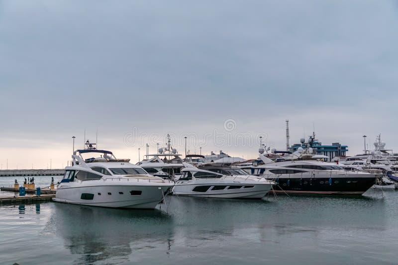 精密小船和游艇在码头海港索契;俄罗斯 免版税库存图片