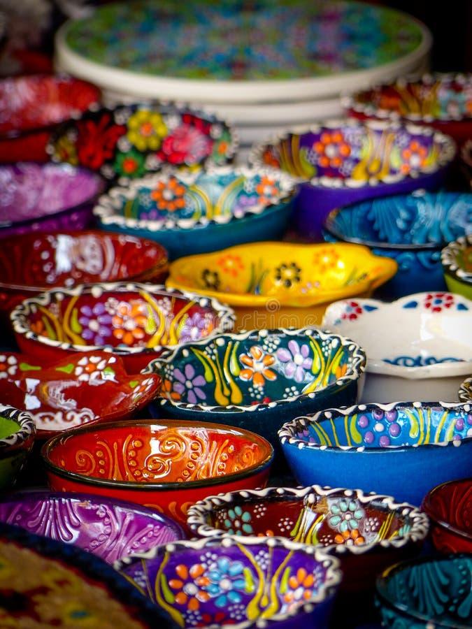 精心制作地装饰的小纪念品陶瓷碗的汇集 免版税库存照片