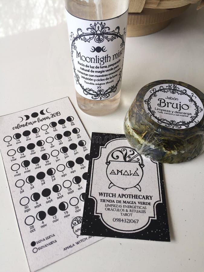 精油薄雾和草本肥皂在巫婆药商 免版税库存照片