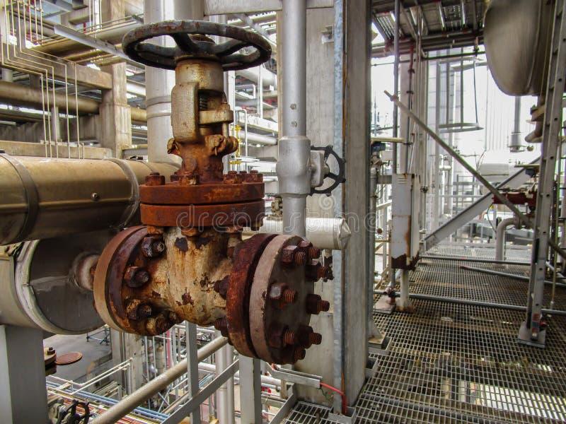 Download 精炼厂 库存图片. 图片 包括有 工厂, 人们, 水平, 蒸馏, 红色, 空间, 充满活力, 化学制品, 生成 - 72354369