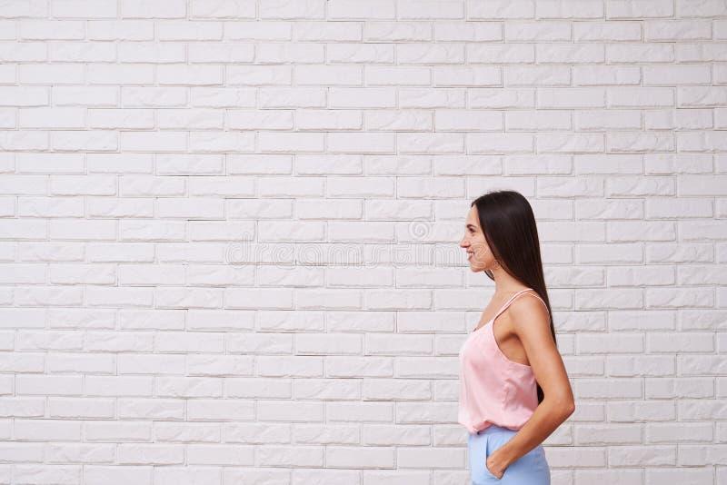 精瘦的光秃的肩膀妇女侧视图看f的时髦的衣服的 免版税图库摄影