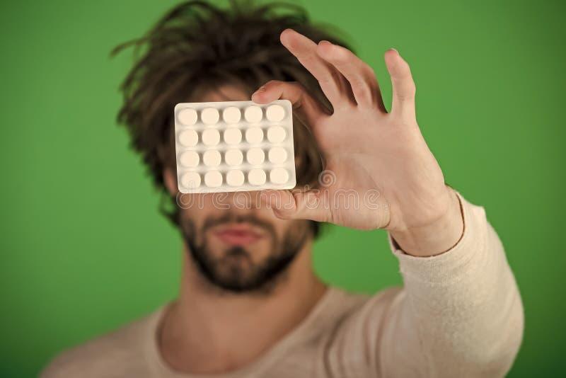 精神愈合关心 有药片的人在天线罩包装 免版税库存照片