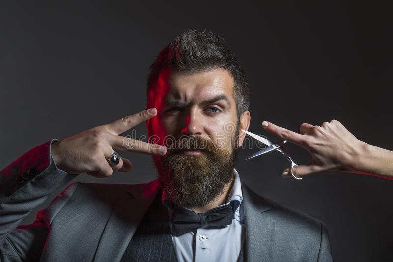 精神理发 理发师剪刀 长的胡子 有胡子的人,豪华的胡子,英俊 英俊有胡子 行家,残酷人 免版税库存照片