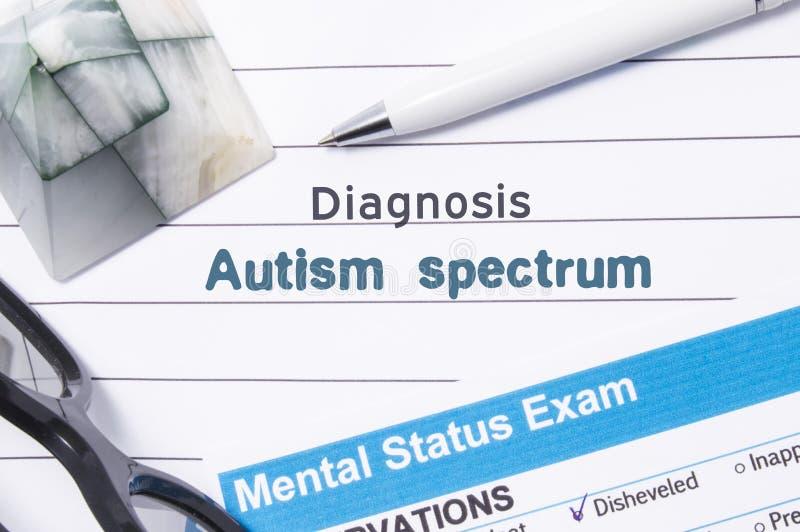 精神病学的诊断孤独性光谱 医疗书或形式与诊断孤独性光谱的名字在医生surro桌上  库存图片
