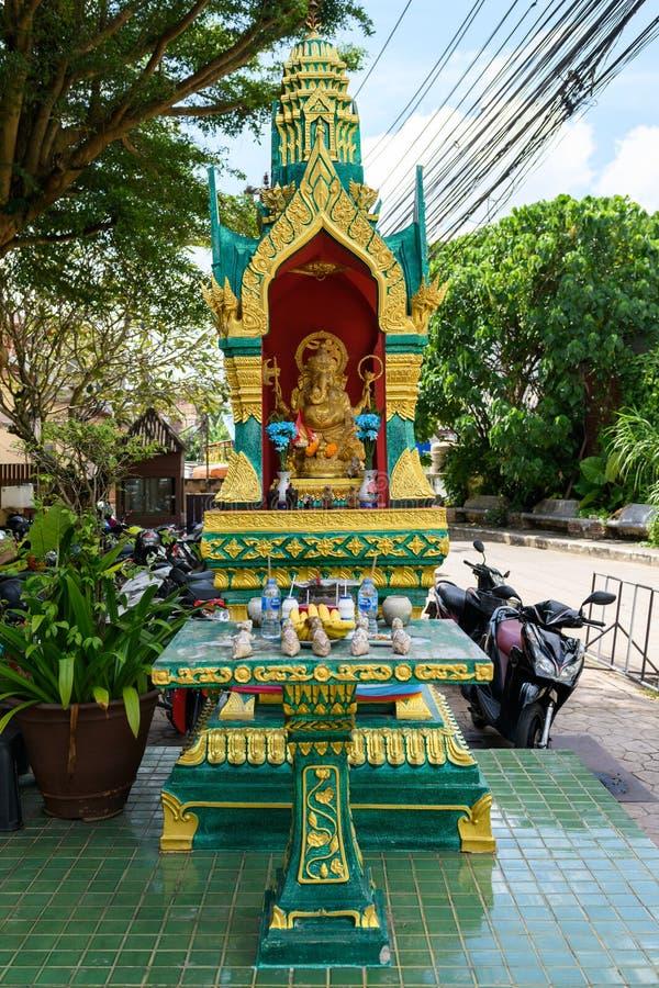 精神的被放弃的黄绿房子 议院在街道上的精神样式泰国在树下 免版税库存照片