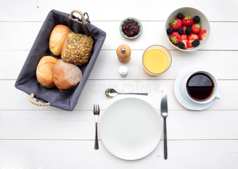 精美早餐在一张白色桌上 库存照片