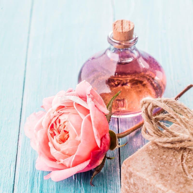 精美桃红色罗斯、手工制造肥皂和芳香油 免版税库存图片