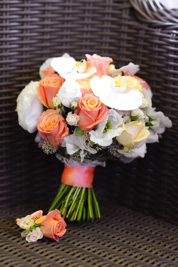 精美美丽的新娘新娘花束在扶手椅子说谎 免版税库存图片