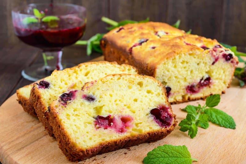 精美鲜美凝乳蛋糕用黑醋栗和果酱在黑暗的木背景 免版税库存照片