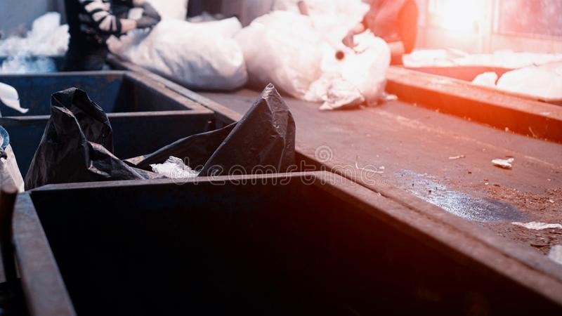 精选的工作者和在一条传送带移动在一棵回收废物植物中的排序垃圾,环境 免版税库存照片