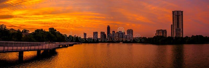 精采一次在红色和橙色天空终身奥斯汀地平线日落  免版税库存照片