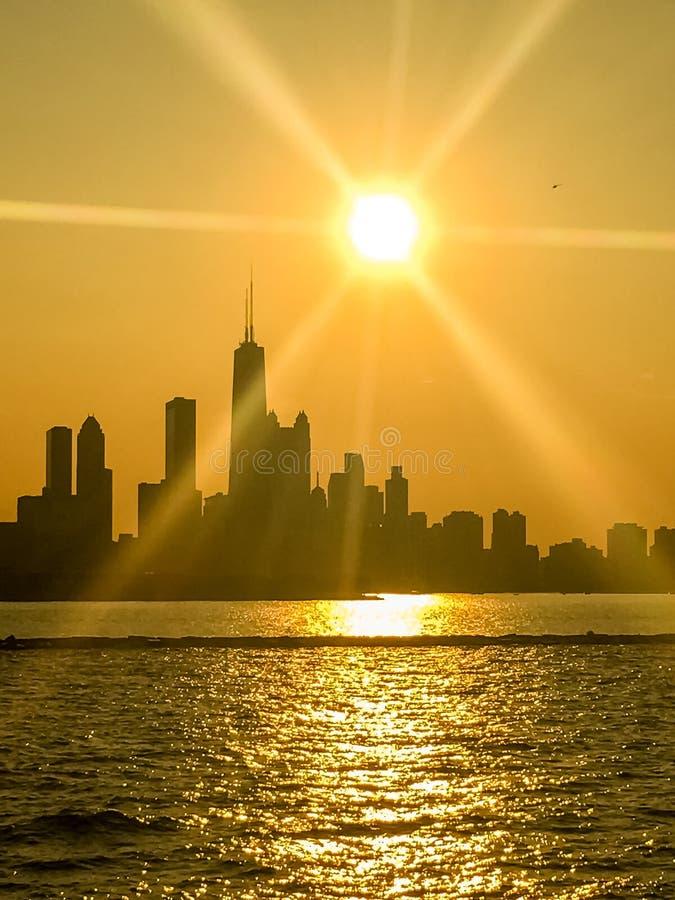 精采光束延伸在芝加哥地平线剪影  库存图片