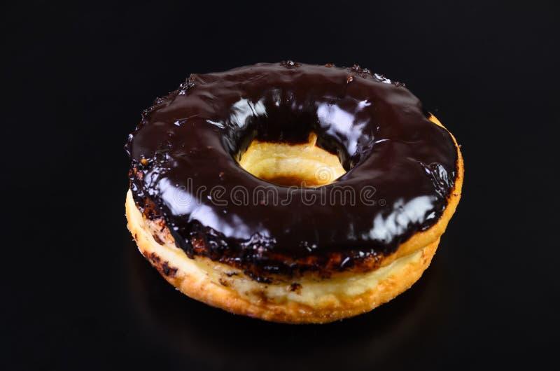 糖在黑背景的圆环多福饼 免版税库存图片