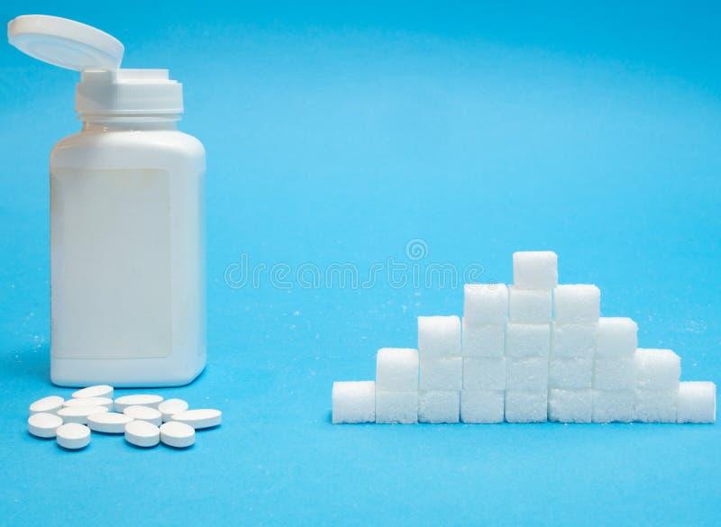 糖替补药片对正常糖 免版税库存照片