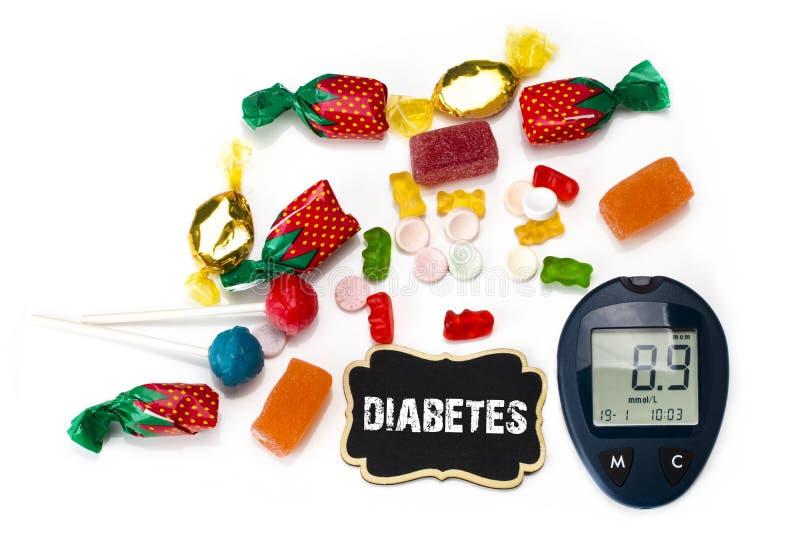 糖果和棒棒糖的各种各样的类型与glucometer,糖尿病c 库存图片