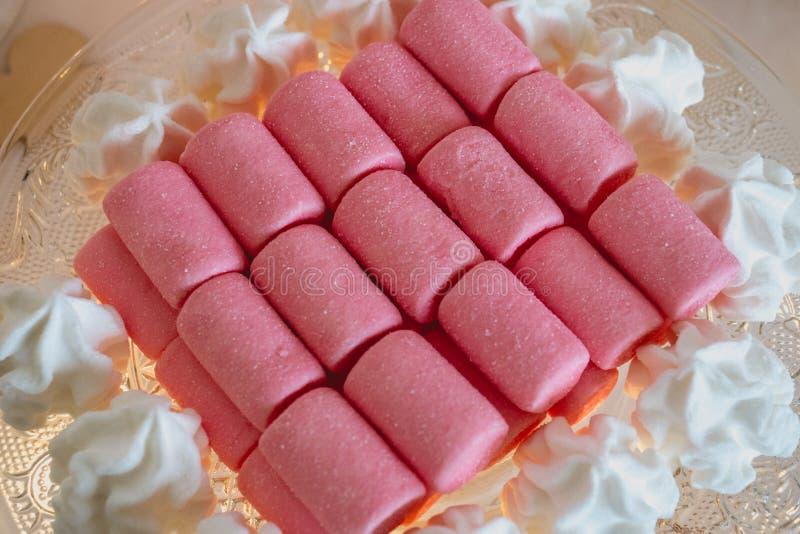 糖果和甜点在一个自由婚姻的酒吧 库存照片
