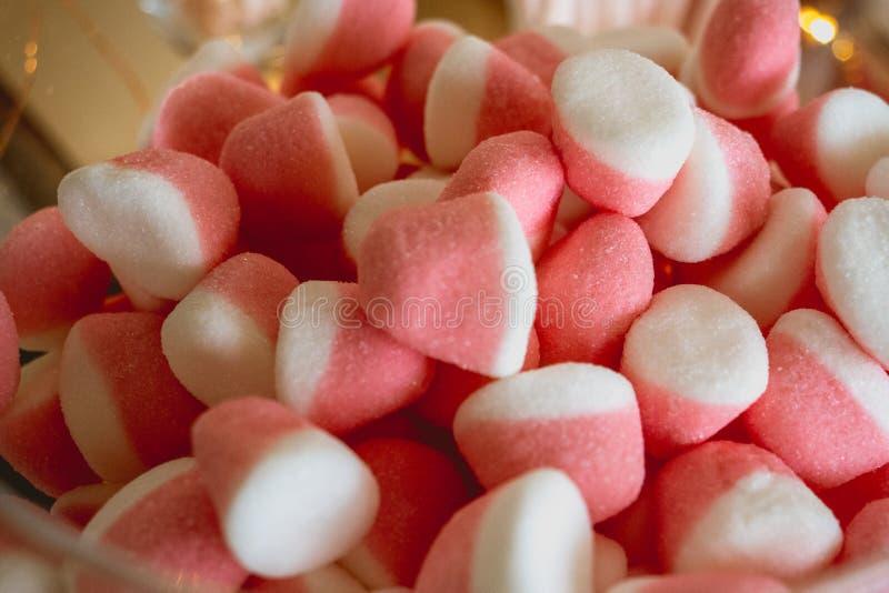 糖果和甜点在一个自由婚姻的酒吧 图库摄影