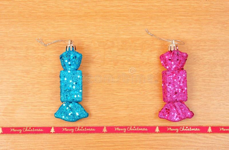 糖果塑造了与圣诞快乐红色丝带的圣诞节装饰 库存图片