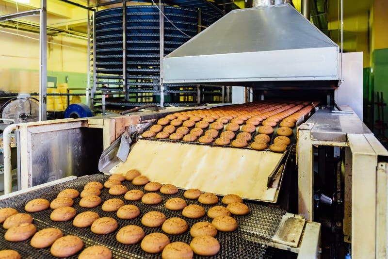 糖果店工厂 烘烤曲奇饼生产线  选择聚焦 库存照片