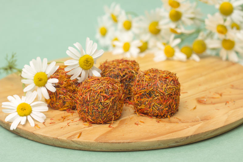 Download 糖果用在雏菊背景的番红花 库存照片. 图片 包括有 土耳其, 点心, 欢欣, 香料, 卡路里, 特写镜头 - 59102282
