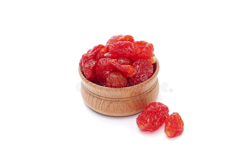 糖煮的山茱萸莓果的图象在木碗的 免版税图库摄影