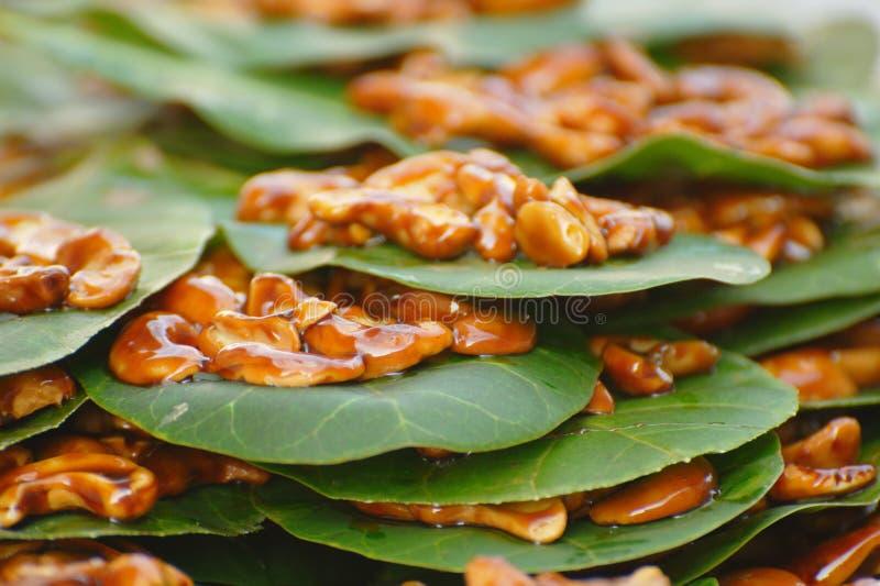 糖煮的腰果叶子螺母 免版税库存照片