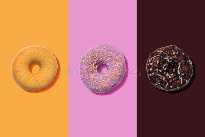 糖被涂上的,桃红色和巧克力多福饼 图库摄影
