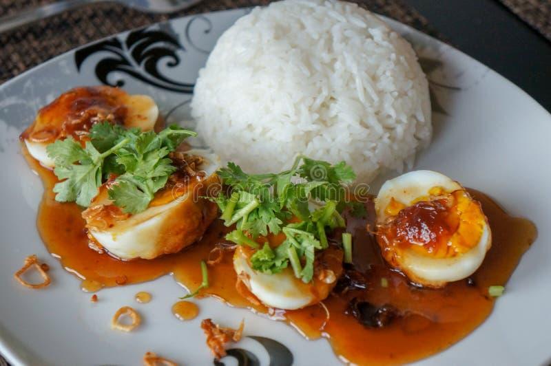 糖醋鸡蛋用罗望子树调味汁和米 免版税库存图片