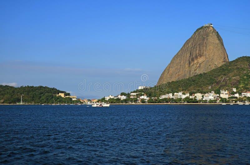 糖面包山或Pao de Acucar,在瓜纳巴拉海湾的著名地标在巴西的里约热内卢 免版税库存照片