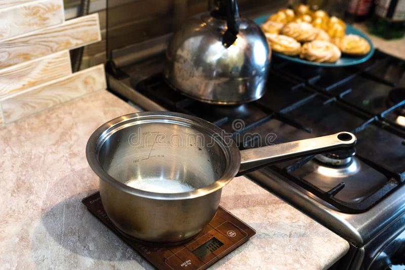 糖,在平底深锅的糖浆的 库存照片
