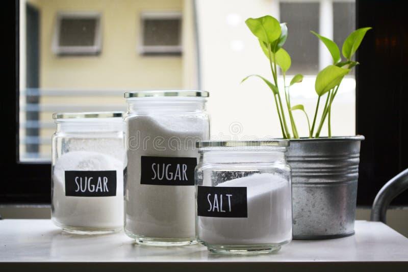 糖&盐在空气紧的玻璃瓶子 免版税库存图片