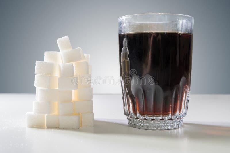 糖cubec杯可乐饮料和堆  概念吃不健康 库存照片