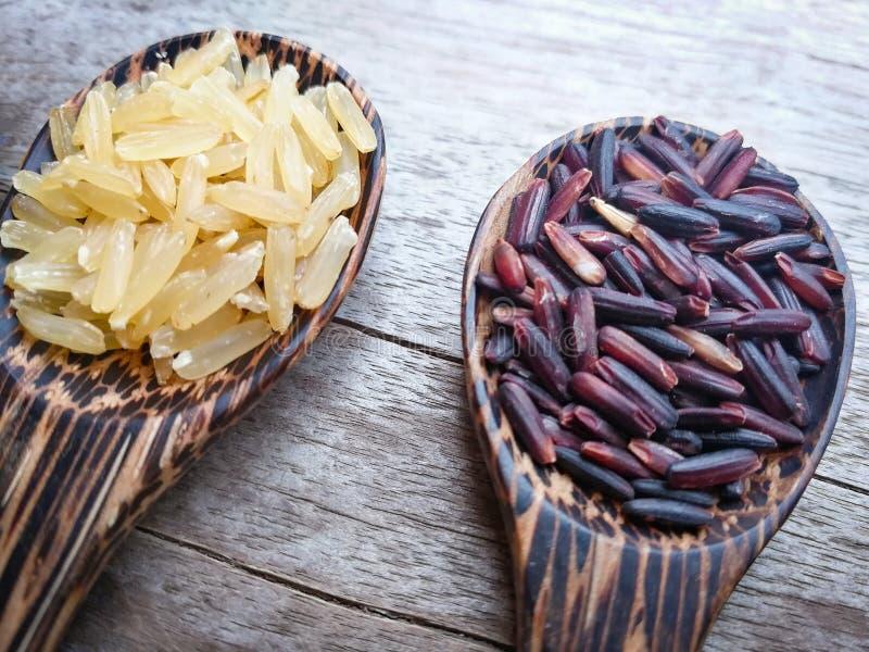 糙米和米莓果 免版税库存照片