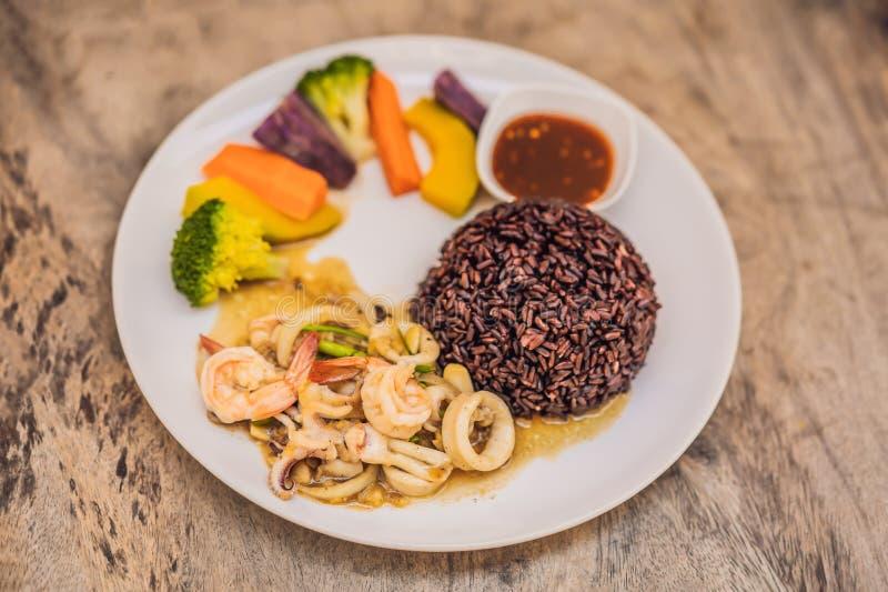 糙米,海鲜,菜 午餐的健康膳食 免版税图库摄影