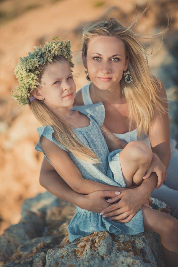 系列乐趣愉快有户外 一起享受时间的可爱的母亲和逗人喜爱的俏丽的女儿画象在古城ston 库存照片