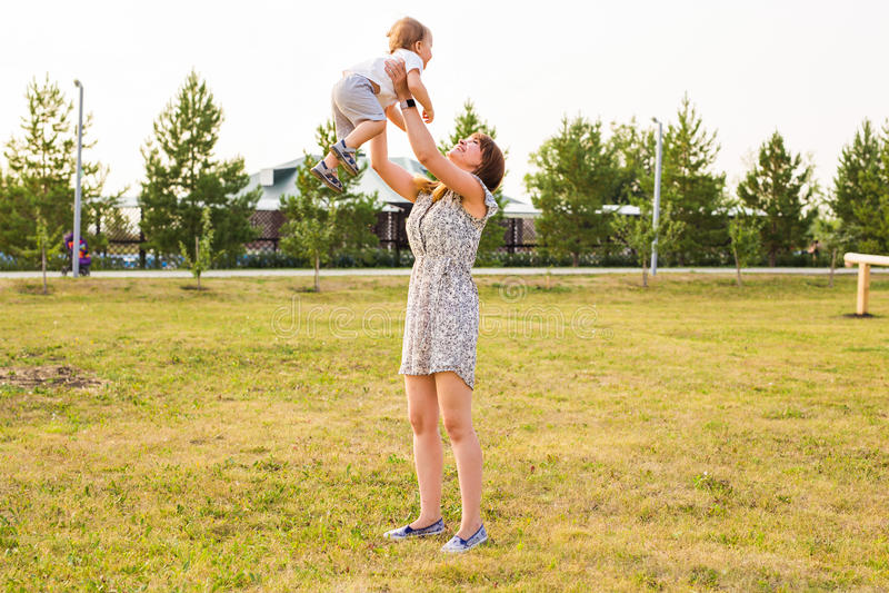 系列乐趣愉快有 的男婴和使用他的母亲户外 库存照片