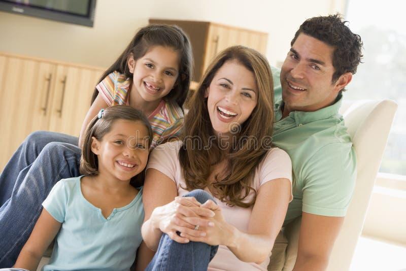 系列客厅坐的微笑 库存照片
