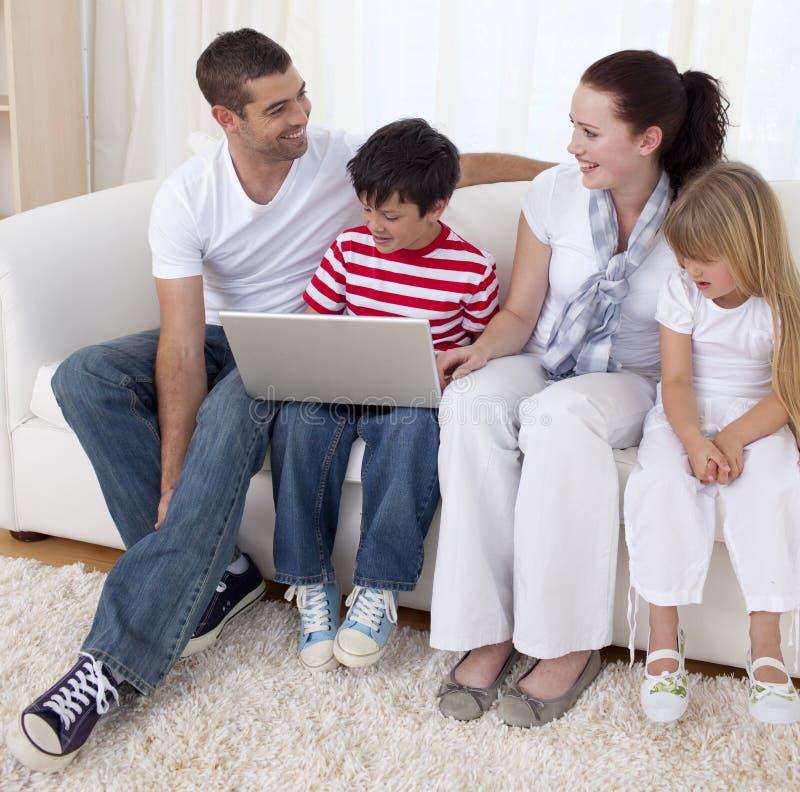 系列微笑膝上型计算机的客厅使用 免版税图库摄影