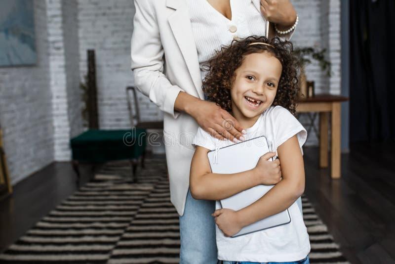 系列愉快爱 年轻母亲和她的女儿女孩在孩子屋子里使用 滑稽的妈妈和可爱的孩子获得与片剂的乐趣 库存图片