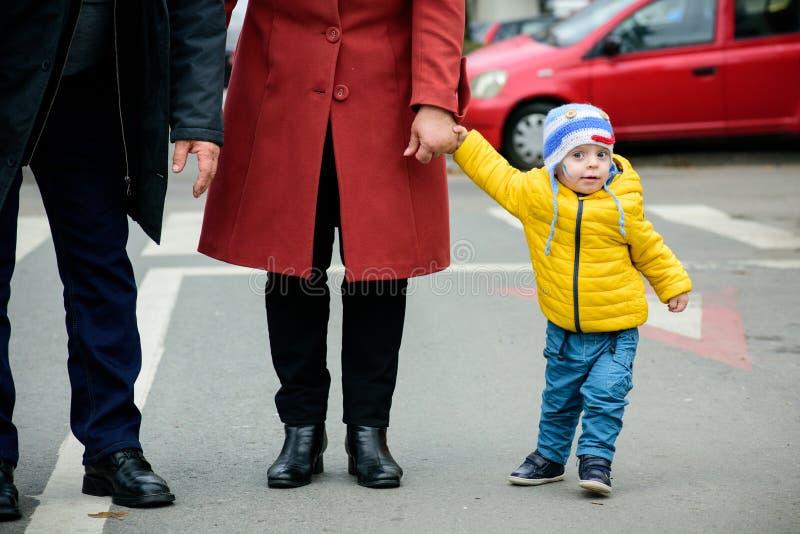 系列愉快爱 母亲、父亲和孩子 免版税库存图片