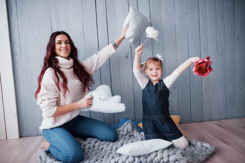 系列愉快爱 照顾和一起使用她的女儿儿童的女孩 免版税库存图片