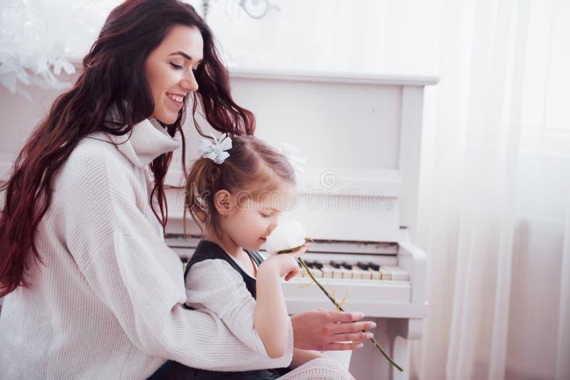 系列愉快爱 照顾和一起使用她的女儿儿童的女孩 免版税图库摄影
