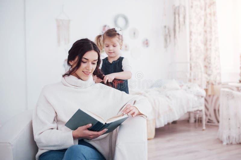 系列愉快爱 照顾和一起使用她的女儿儿童的女孩 库存照片