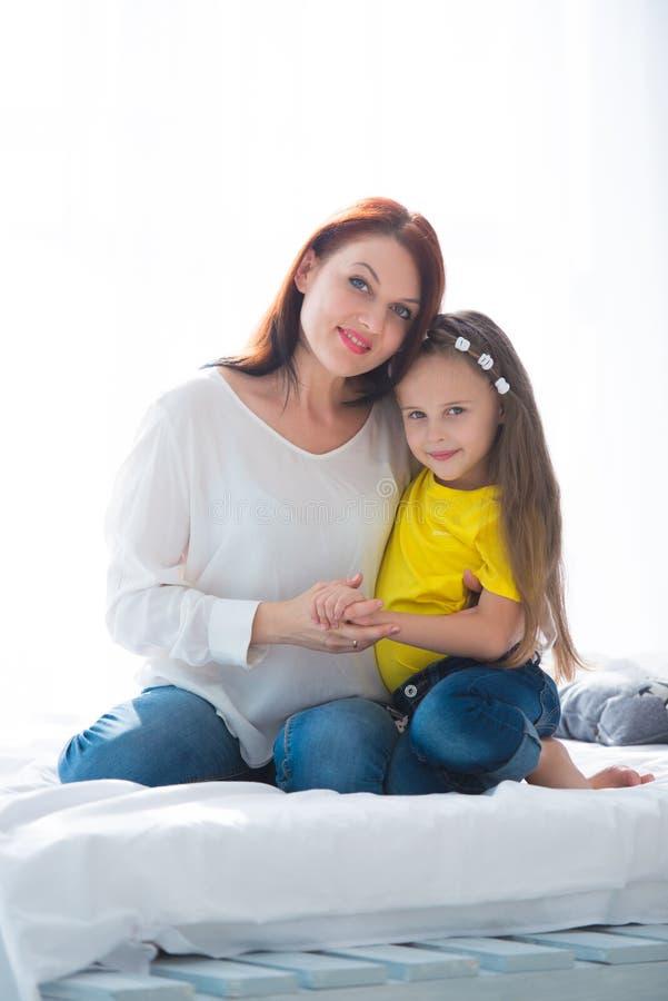 系列愉快爱 照顾和拥抱她的女儿儿童的女孩使用和 库存照片