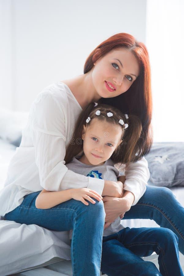 系列愉快爱 照顾和拥抱她的女儿儿童的女孩使用和 免版税库存图片