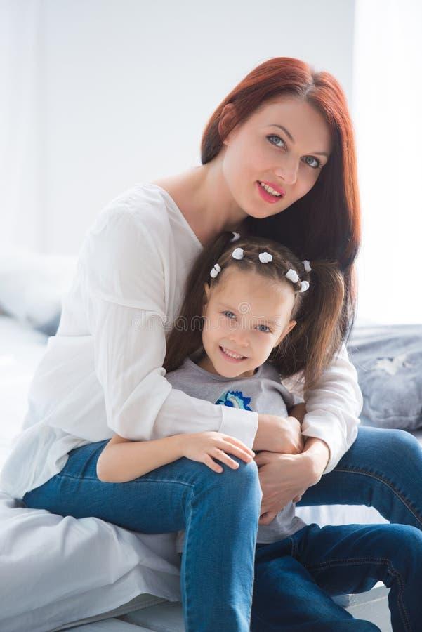 系列愉快爱 照顾和拥抱她的女儿儿童的女孩使用和 免版税图库摄影