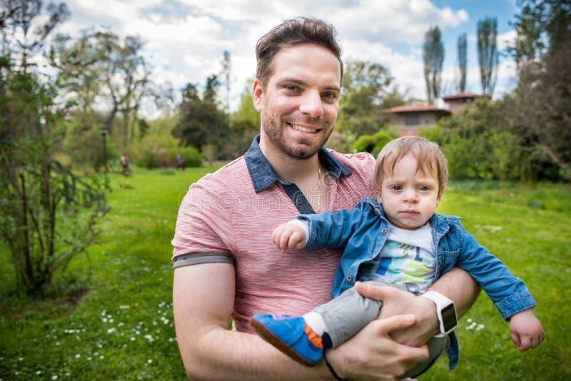 系列愉快爱 父亲和孩子在公园 免版税库存照片