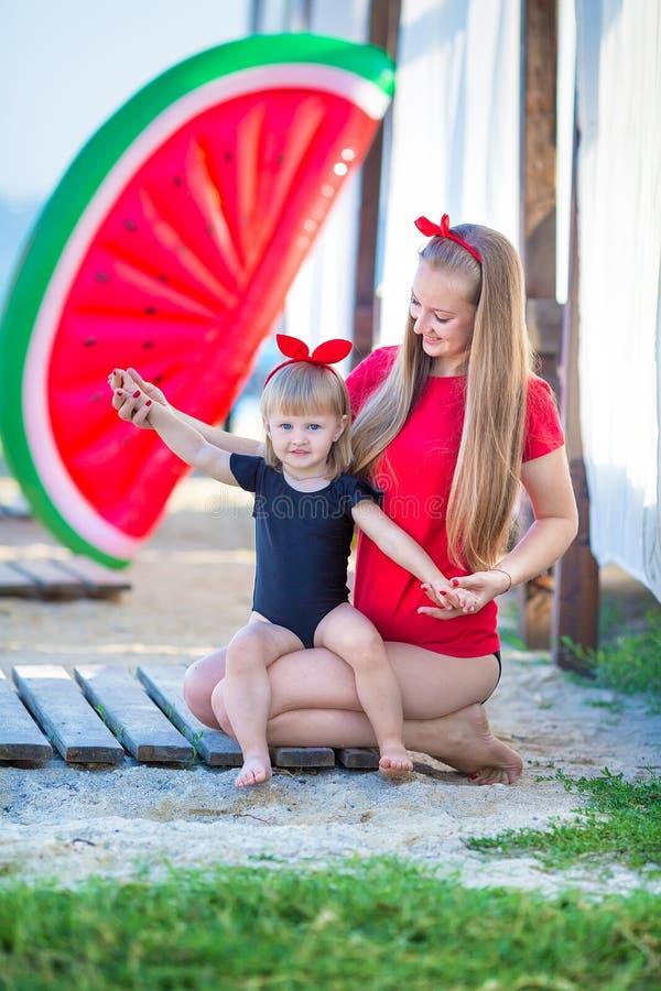 系列父亲女孩愉快的生活方式一点 松弛和享有生活 明亮的颜色 有逗人喜爱的女儿夏天旅行的顶视图年轻母亲,水 库存照片