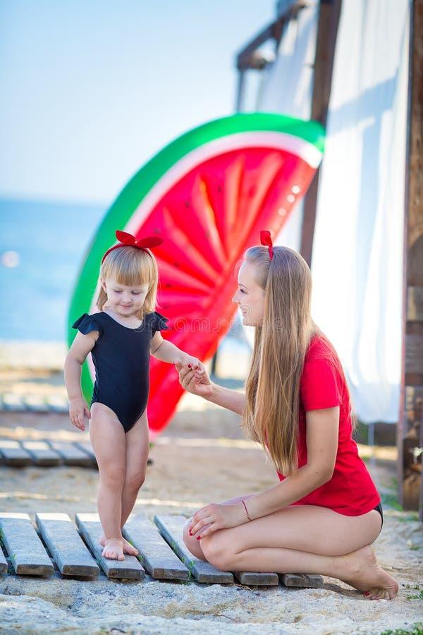 系列父亲女孩愉快的生活方式一点 松弛和享有生活 明亮的颜色 有逗人喜爱的女儿夏天旅行的顶视图年轻母亲,水 库存图片