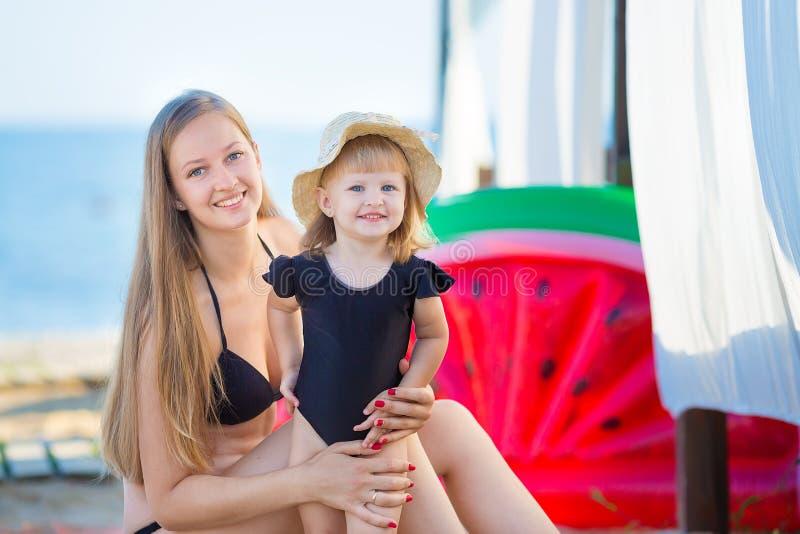 系列父亲女孩愉快的生活方式一点 松弛和享有生活 明亮的颜色 有逗人喜爱的女儿夏天旅行的顶视图年轻母亲,水 免版税库存图片